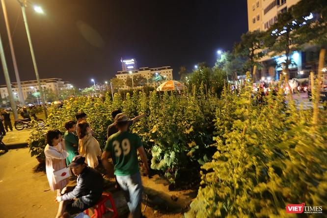Ảnh: Người dân Đà Nẵng đổ ra đường du xuân đêm 30 Tết ảnh 2