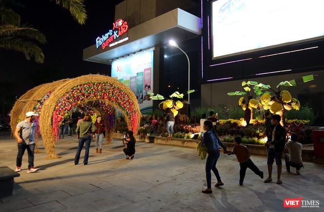Ảnh: Người dân Đà Nẵng đổ ra đường du xuân đêm 30 Tết ảnh 17