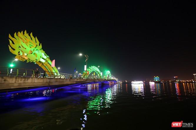 Ảnh: Người dân Đà Nẵng đổ ra đường du xuân đêm 30 Tết ảnh 18