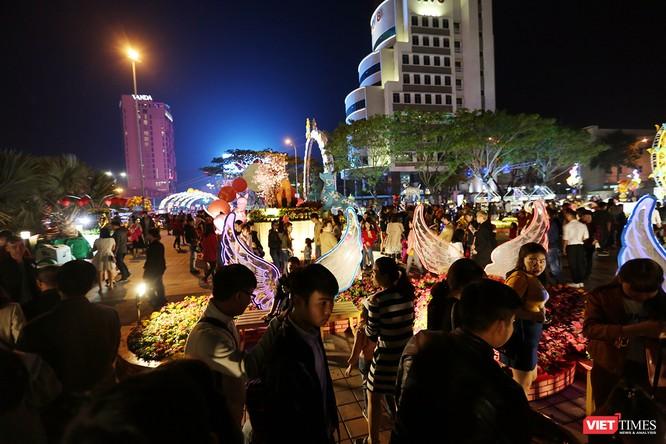 Ảnh: Người dân Đà Nẵng đổ ra đường du xuân đêm 30 Tết ảnh 19