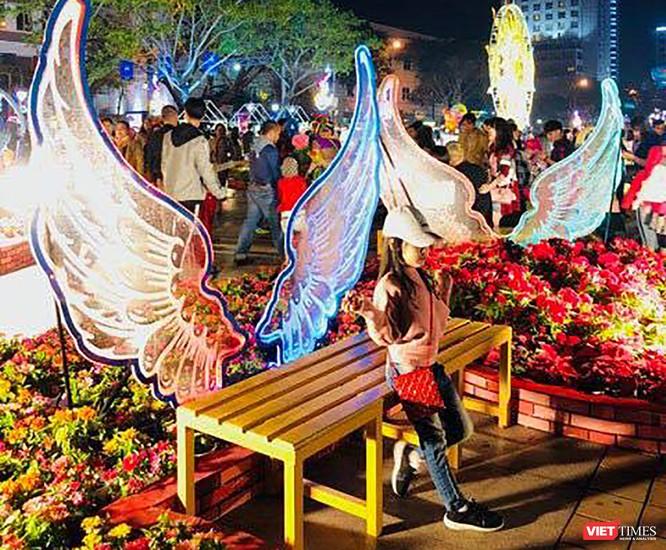 Ảnh: Người dân Đà Nẵng đổ ra đường du xuân đêm 30 Tết ảnh 20