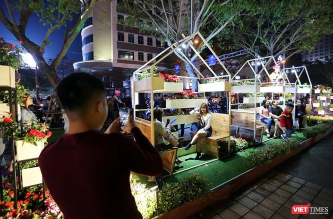Ảnh: Người dân Đà Nẵng đổ ra đường du xuân đêm 30 Tết ảnh 21