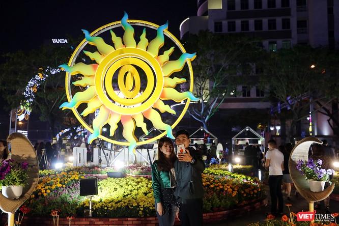 Ảnh: Người dân Đà Nẵng đổ ra đường du xuân đêm 30 Tết ảnh 22