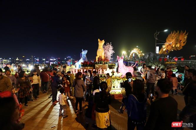 Ảnh: Người dân Đà Nẵng đổ ra đường du xuân đêm 30 Tết ảnh 23