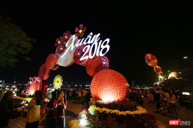 Ảnh: Người dân Đà Nẵng đổ ra đường du xuân đêm 30 Tết ảnh 24