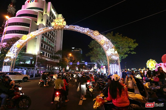 Ảnh: Người dân Đà Nẵng đổ ra đường du xuân đêm 30 Tết ảnh 25