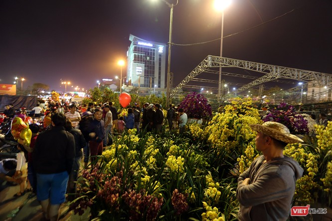 Ảnh: Người dân Đà Nẵng đổ ra đường du xuân đêm 30 Tết ảnh 1