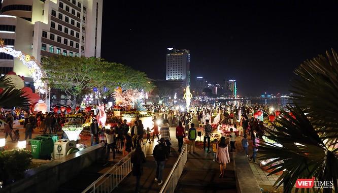 Ảnh: Người dân Đà Nẵng đổ ra đường du xuân đêm 30 Tết ảnh 26