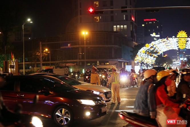 Ảnh: Người dân Đà Nẵng đổ ra đường du xuân đêm 30 Tết ảnh 27