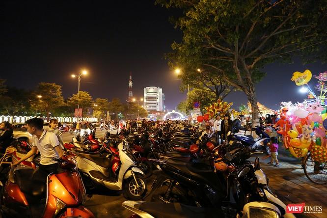 Ảnh: Người dân Đà Nẵng đổ ra đường du xuân đêm 30 Tết ảnh 28