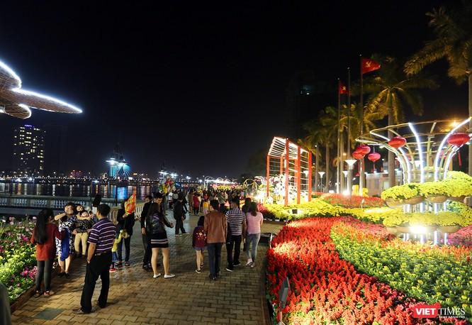Ảnh: Người dân Đà Nẵng đổ ra đường du xuân đêm 30 Tết ảnh 30