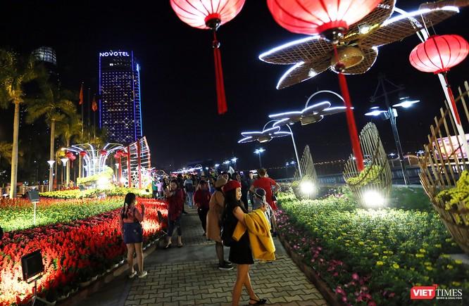 Ảnh: Người dân Đà Nẵng đổ ra đường du xuân đêm 30 Tết ảnh 31