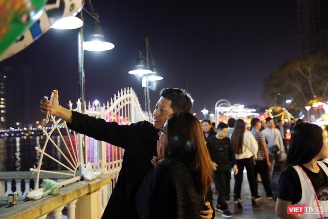 Ảnh: Người dân Đà Nẵng đổ ra đường du xuân đêm 30 Tết ảnh 32
