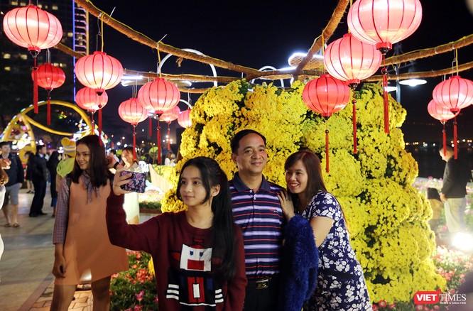 Ảnh: Người dân Đà Nẵng đổ ra đường du xuân đêm 30 Tết ảnh 33