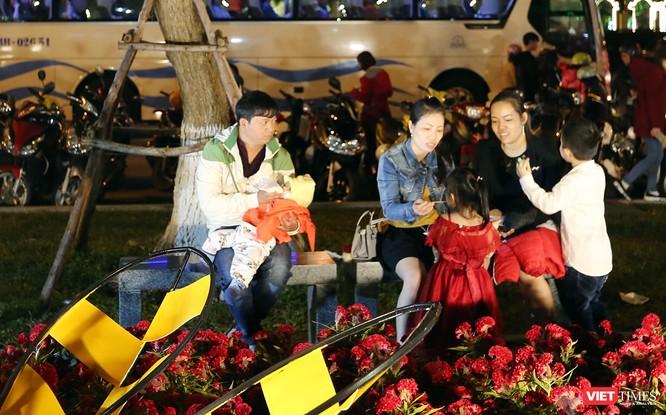 Ảnh: Người dân Đà Nẵng đổ ra đường du xuân đêm 30 Tết ảnh 34