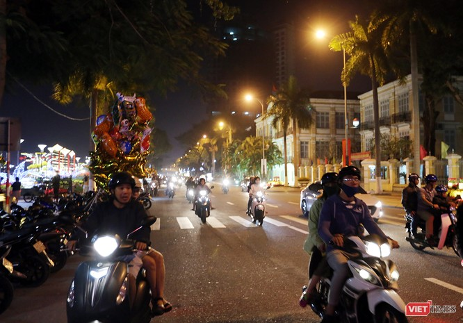Ảnh: Người dân Đà Nẵng đổ ra đường du xuân đêm 30 Tết ảnh 35