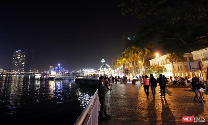 Ảnh: Người dân Đà Nẵng đổ ra đường du xuân đêm 30 Tết ảnh 36