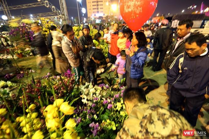 Ảnh: Người dân Đà Nẵng đổ ra đường du xuân đêm 30 Tết ảnh 3