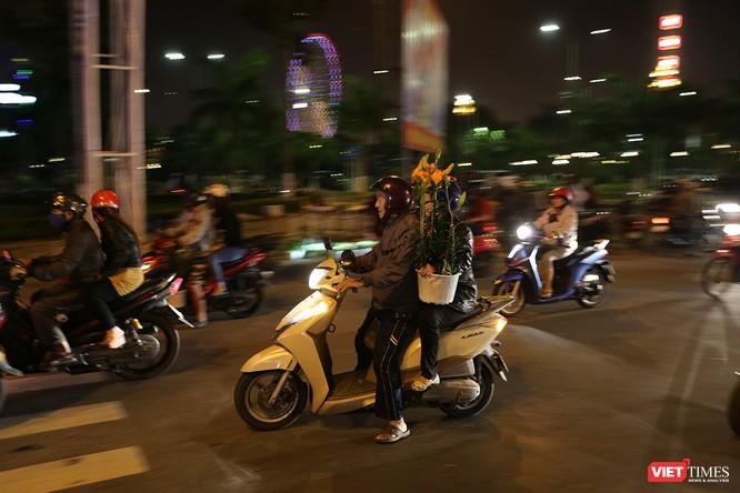 Ảnh: Người dân Đà Nẵng đổ ra đường du xuân đêm 30 Tết ảnh 4