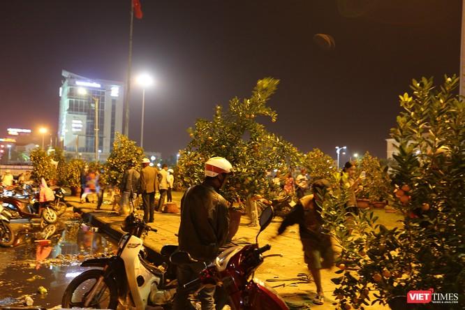 Ảnh: Người dân Đà Nẵng đổ ra đường du xuân đêm 30 Tết ảnh 5