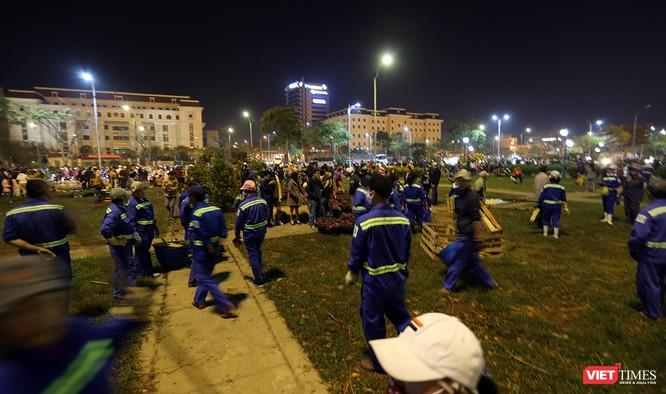 Ảnh: Người dân Đà Nẵng đổ ra đường du xuân đêm 30 Tết ảnh 6
