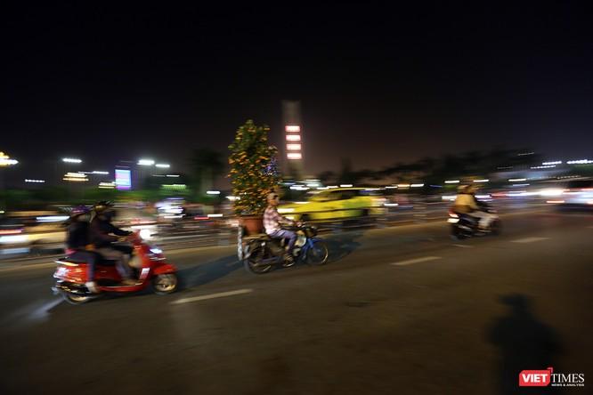 Ảnh: Người dân Đà Nẵng đổ ra đường du xuân đêm 30 Tết ảnh 7