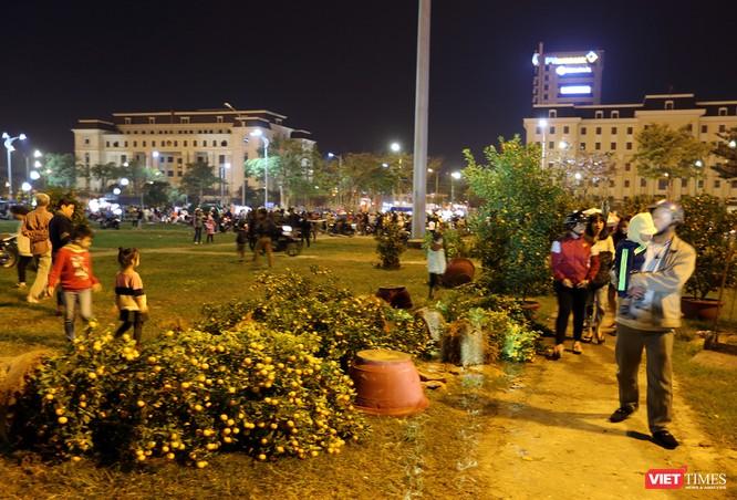 Ảnh: Người dân Đà Nẵng đổ ra đường du xuân đêm 30 Tết ảnh 8