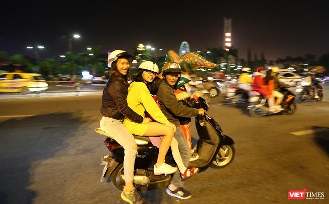 Ảnh: Người dân Đà Nẵng đổ ra đường du xuân đêm 30 Tết ảnh 9
