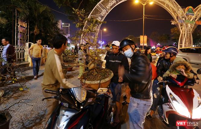 Ảnh: Người dân Đà Nẵng đổ ra đường du xuân đêm 30 Tết ảnh 10