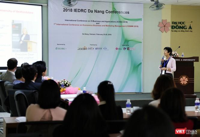 """Tại Hội thảo, nghiên cứu """"Ứng dụng E-Business trong kỷ nguyên Big Data và IoT: Cơ hội và thách thức"""", GS. Yanqing Duan đến từ Đại học Bedfordshire-Vương quốc Anh đã thu hút sự quan tâm của các giới khi chia sẻ những quan điểm về lĩnh vực kinh doanh điện tử trong bối cảnh hiện nay"""