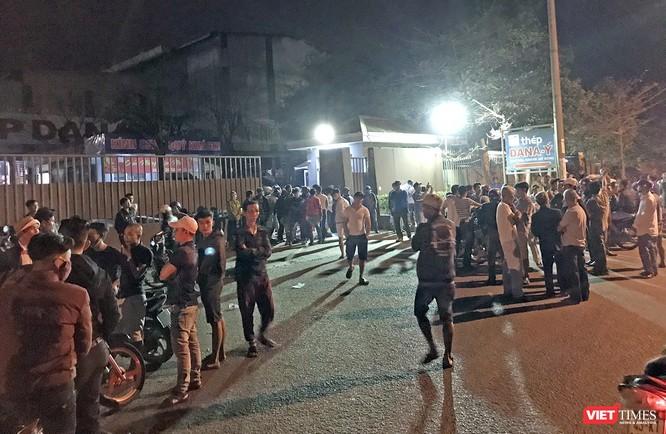 BỨc xúc về tình trạng ô nhiễm, tối ngày 26/2, người dân xã Hòa Liên tập trung bao vây nhà máy thép Dana-Ý để phản đối