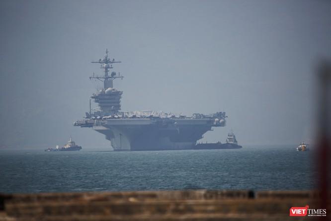 Cận cảnh siêu tàu sân bay Mỹ USS Carl Vinson đang neo đậu Tiên Sa ảnh 2