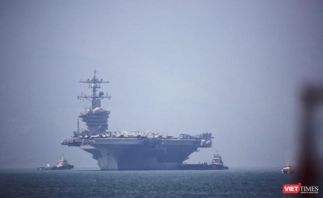 Cận cảnh siêu tàu sân bay Mỹ USS Carl Vinson đang neo đậu Tiên Sa ảnh 3