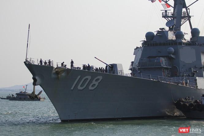"""Ngắm """"vệ sĩ"""" hộ tống siêu mẫu hạm USS Carl Vinson cập cảng Đà Nẵng ảnh 10"""