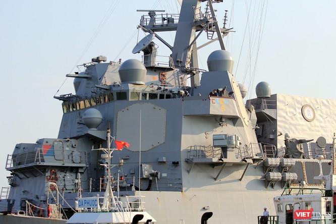 """Ngắm """"vệ sĩ"""" hộ tống siêu mẫu hạm USS Carl Vinson cập cảng Đà Nẵng ảnh 12"""