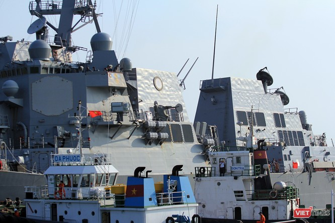 """Ngắm """"vệ sĩ"""" hộ tống siêu mẫu hạm USS Carl Vinson cập cảng Đà Nẵng ảnh 13"""