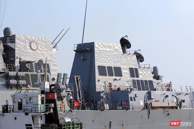 """Ngắm """"vệ sĩ"""" hộ tống siêu mẫu hạm USS Carl Vinson cập cảng Đà Nẵng ảnh 14"""