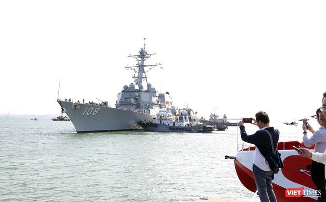 """Ngắm """"vệ sĩ"""" hộ tống siêu mẫu hạm USS Carl Vinson cập cảng Đà Nẵng ảnh 1"""