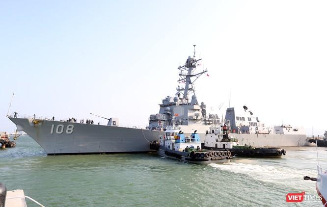 """Ngắm """"vệ sĩ"""" hộ tống siêu mẫu hạm USS Carl Vinson cập cảng Đà Nẵng ảnh 3"""