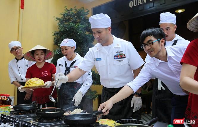 Thủy thủ tàu sân bay USS Carl Vinson mê... bánh xèo Việt Nam ảnh 14