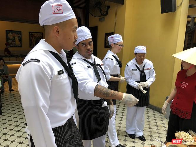 Thủy thủ tàu sân bay USS Carl Vinson mê... bánh xèo Việt Nam ảnh 15