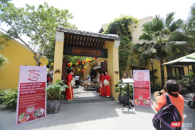 Chiều 6/3, tại Nhà hàng Madame Lân (số 4 Bạch Đằng, quận Hải Châu, Đà Nẵng) đã diễn ra buổi giao lưu ẩm thực giữa giữa các đầu bếp của tàu sân bay Mỹ với với đầu bếp địa phương