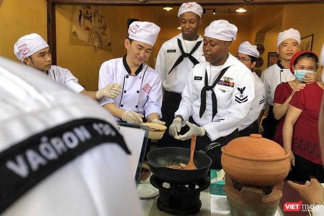 Thủy thủ tàu sân bay USS Carl Vinson mê... bánh xèo Việt Nam ảnh 26