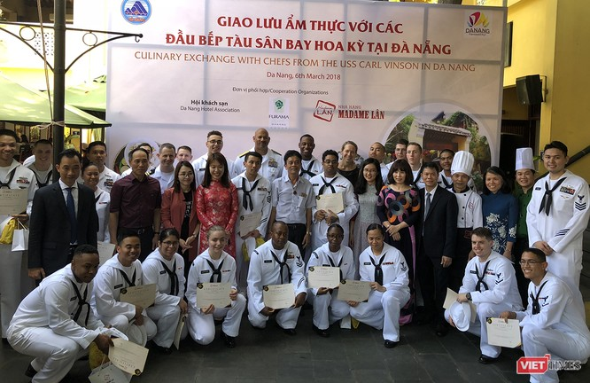 Ban tổ chức giao lưu trao chứng nhận cho các thủy thủ tham gia giao lưu