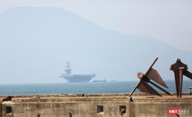 Đến chiều cùng ngày, siêu mẫu hạm này đã neo đậu trong vịnh Đà Nẵng, cách cảng Tiên Sa chừng 1km