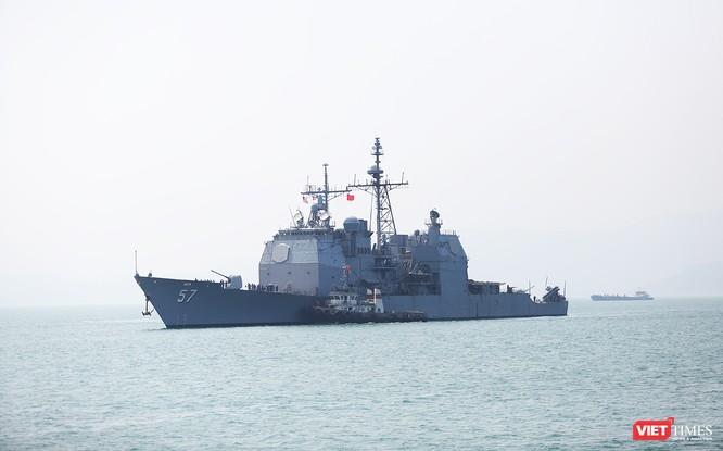 Tiếp theo đó lần lượt là tuần dương hạm USS Lake Champlain (CG 57) di chuyển vào neo đậu tại cầu cảng