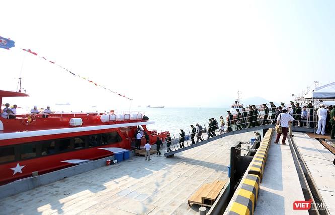 Các chuyến tham quan tàu siêu mẫu hạm nhanh chóng được thiết lập