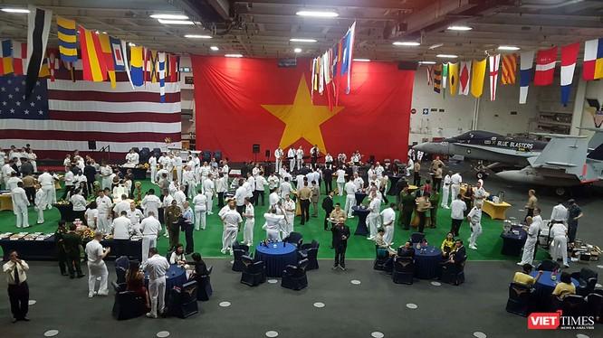 Tiệc chiêu đãi nhân chuyến thăm của đội tàu đến Đà Nẵng được tổ chức trên mẫu hạm