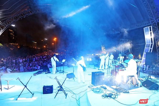 Biểu diễn ca nhạc tại công viên Biển Đông và công viên bờ đông cầu Rồng