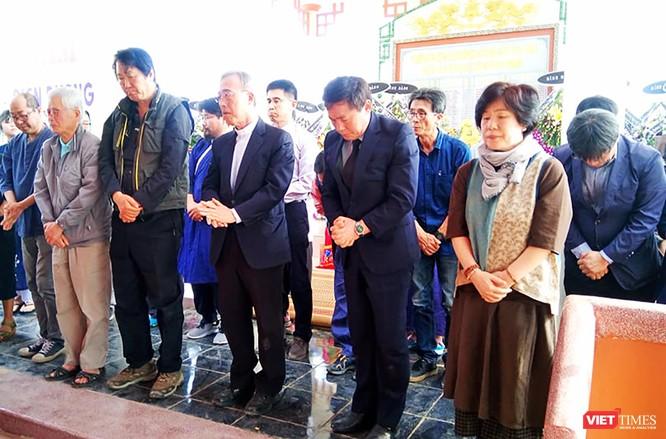 Lễ tưởng niệm có sự hiện diện của ông Kang U Il-Chủ tịch Quỹ Hòa bình Hàn-Việt (làm Trưởng đoàn), ông Kim Hyun Kwon- Đại biểu Quốc hội Hàn Quốc, cùng các thành viên của Quỹ Hòa bình Hàn-Việt .